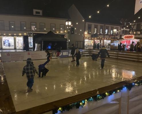 Weihnachtszauber 2019 Kinder auf der Eisbahn haben Spass trotz Regen